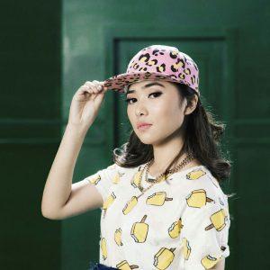 ISYANA SARASVATI Pakai Cap Fesyen