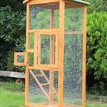 Ruang yang kecil dalam sangkar ini sesuai untuk bela burung serindit atau lovebird.