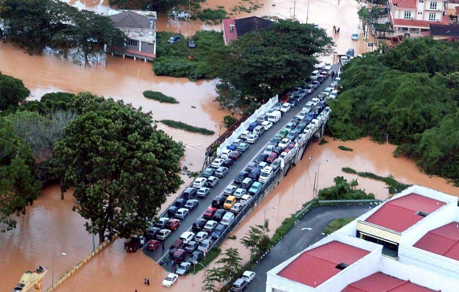 Air banjir menghalang laluan kenderaan.