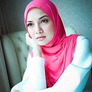Gambar Neelofa tudung pink