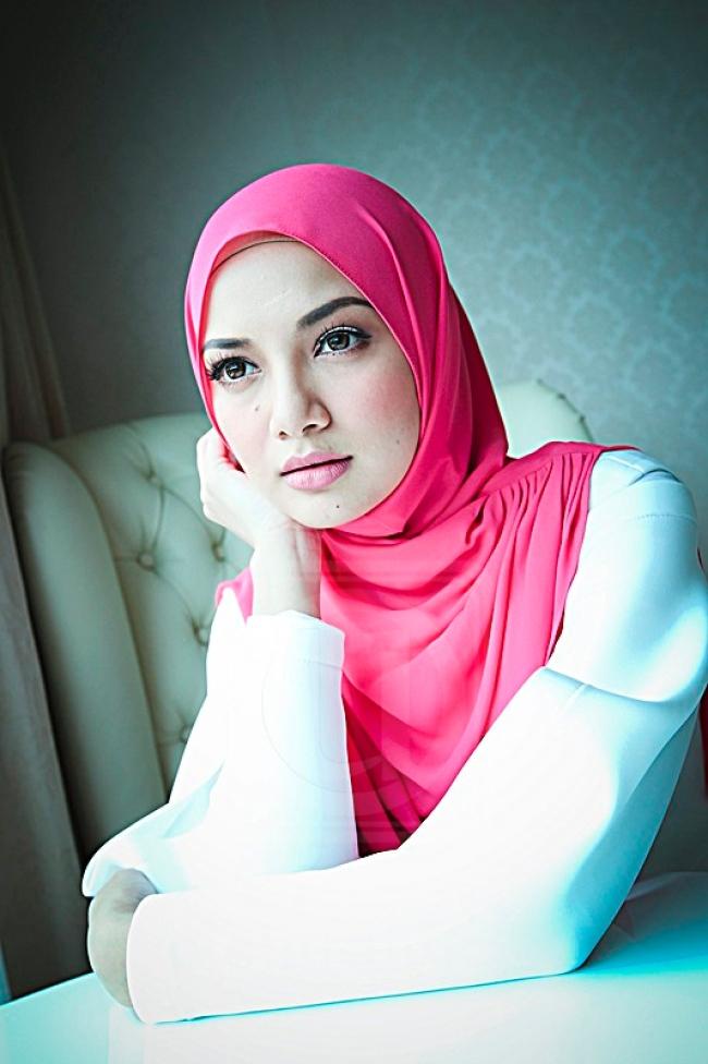 Gambar Neelofa tudung pink.