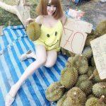 Gadis jual durian tepi jalan di Thailand