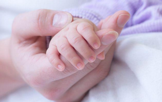 Membelai tangan bayi