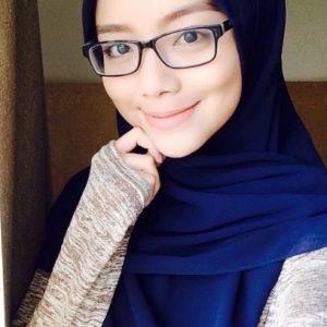 Gambar Mira Filzah memakai kaca mata.