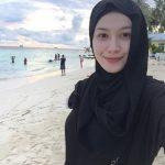 Niena Baharun bergambar di tepi pantai
