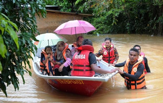 Pemindahan mangsa banjir oleh pihak berwajib.