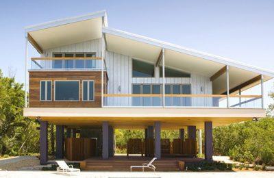 Rumah kayu tinggi corak simple.