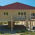 Rumah tinggi ala resort dengan bumbung perabung lima.
