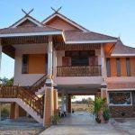 Rumah tinggi corak tradisional kampung.