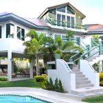 Rumah tinggi satu tingkat setengah gaya bungalow.