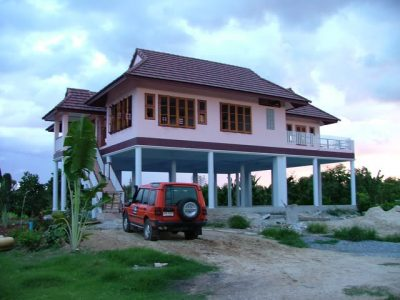 Rekabentuk rumah tinggi tepi sungai.