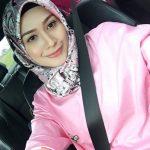Niena Baharun Sedang Selfie
