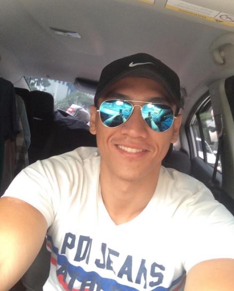 Pelakon Raja Afiq Pakai Cermin Mata Selfie