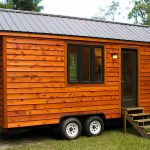 Bentuk rumah kayu caravan yang ringkas.