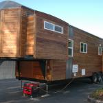 Biasanya rumah mudah alik atau caravan yang lengkap mempunyai kemudahan generator elektrik.