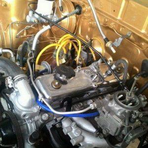 Dalaman Enjin Di Cat Warna Terang Dan Kerja Simpan Wayaring Yang Berselerak
