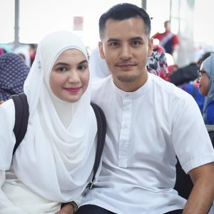 Gambar Dato' Aliff Syukri bersama isteri.