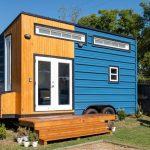 Gaya binaan rumah caravan menarik.