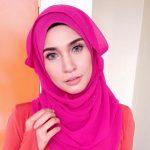 Gaya pemakaian tudung pink Izreen Azminda.