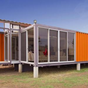 Gaya rekaan rumah kabin corak moden dengan pemasangan tempered glass.