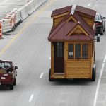 Membawa rumah caravan memerlukan jalan yang luas dan skill pemanduan yang tinggi.
