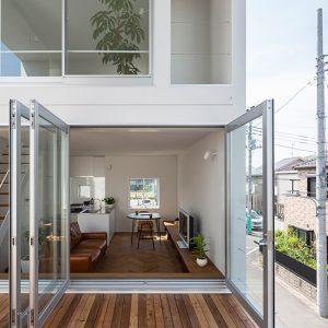 Pemasangan pintu jenis kaca dengan frame aluminium menyerlahkan corak moden