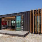 Rumah kabin dengan pintu slaiding kaca.