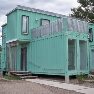Susunan kontena secara kreatif menjadikan rekaan rumah kabin sangat unik.