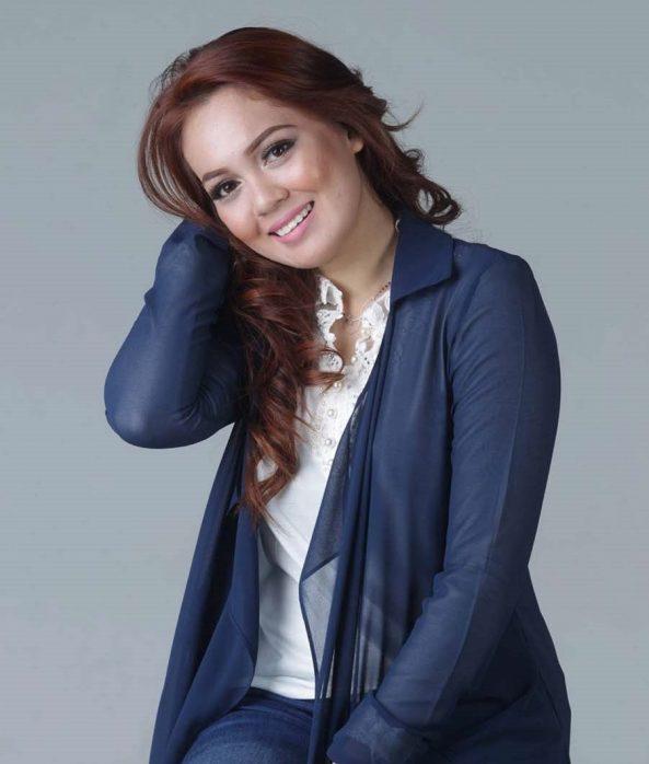 Pelakon Nelydia Senrose Posing