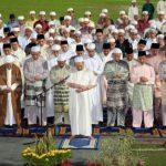 Sultan Muhammad V Solat Berjemaah