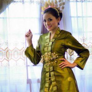 Nazeera Sardi Dengan Pakaian Baju Kebaya Tradisi Melayu
