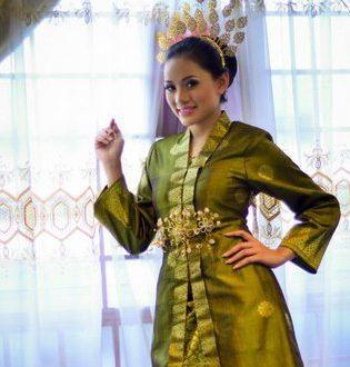 Nazeera Sardi Dengan Pakaian Baju Kebaya Tradisi Melayu Encikshino Com