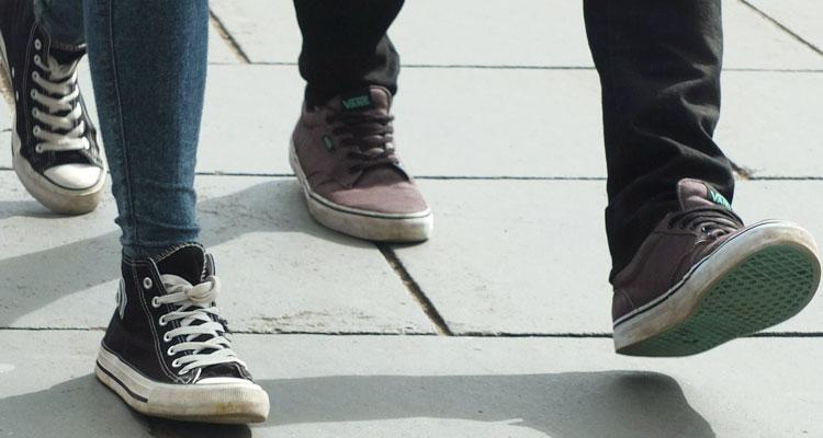 Cara Mengenali Karakter Seseorang Melalui Gaya Berjalan!