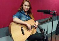 Eleena Haris Mempunyai Bakat Bermain Gitar Dan Menyanyi